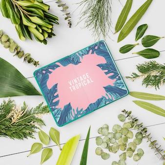 Блокнот макет с тропическими листьями