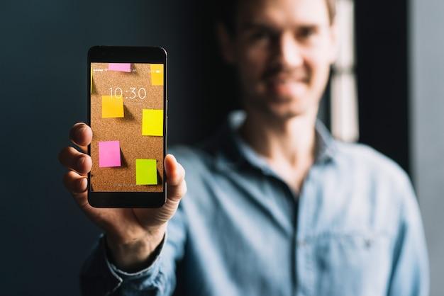 Человек, показывая смартфон шаблон