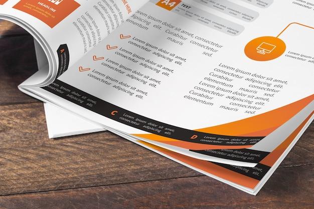 木製テーブル上の雑誌モックアップ