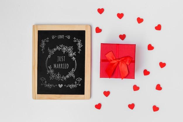 バレンタインのギフトボックスの横にあるスレートモックアップ
