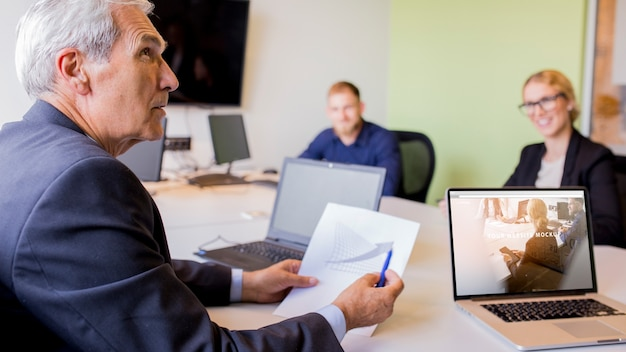 ビジネス会議でのノートパソコンのモックアップ