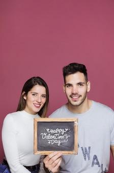 Пара, представляя шифер макет