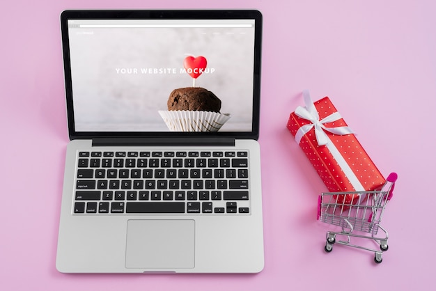バレンタインの日の要素を持つノートパソコンのモックアップ