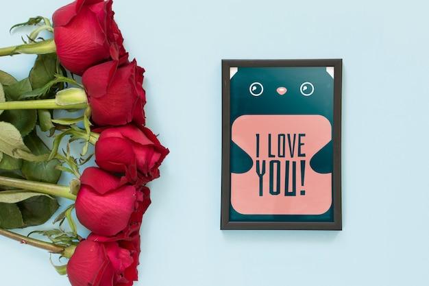 バレンタインデーのバラとフレームのモックアップ