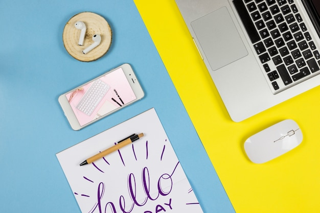机の上のスマートフォンのモックアップ