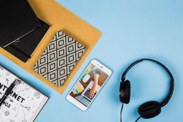 Смартфон макет с офисными элементами