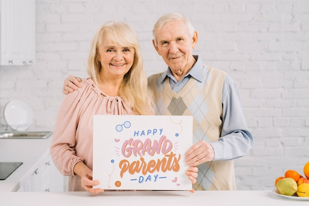 プラカードモックアップを保持している祖父母
