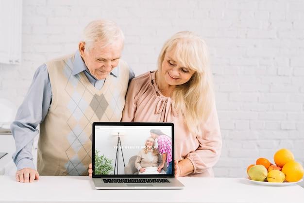 ノートパソコンのモックアップの背後にある祖父母