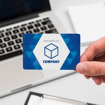 Бизнесмен с макетом визитной карточки