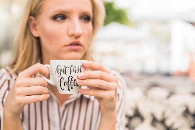Кофейная чашка макет с женщиной