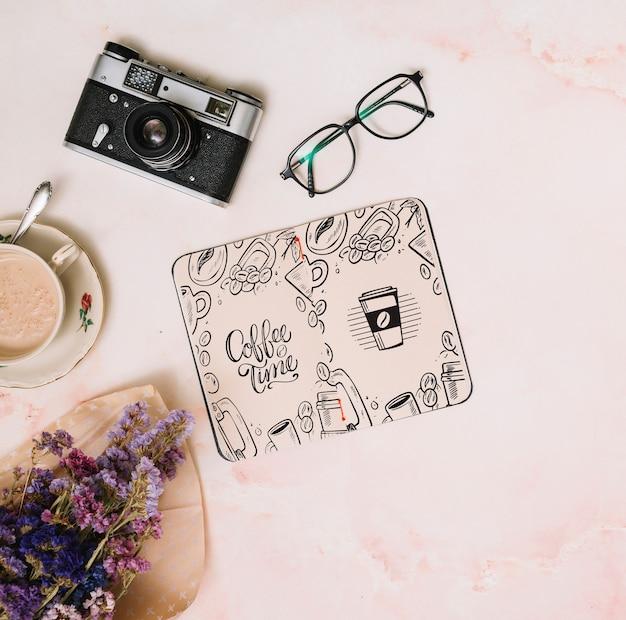 Макет ноутбука с концепцией весны