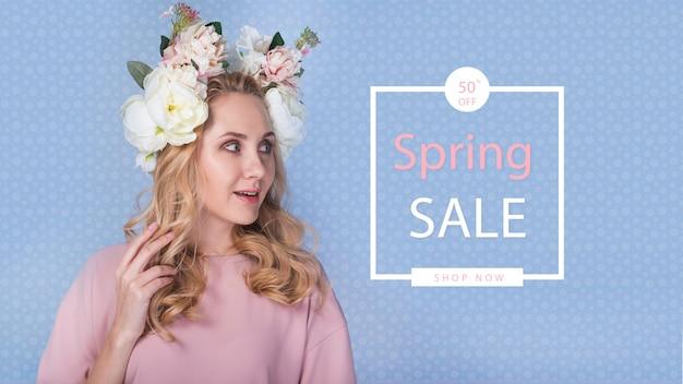 スタイリッシュな女性と春のセールモックアップ