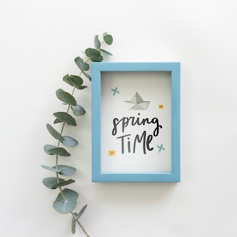 春の花とフラットレイアウトフレームモックアップ