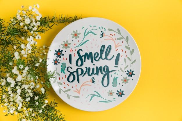 春の概念とフラットレイプレートモックアップ
