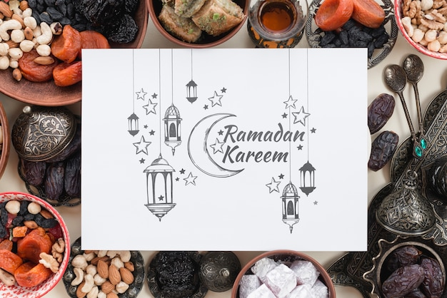 ラマダンの概念と紙のモックアップ