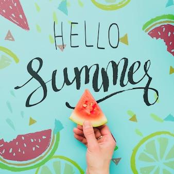 Плоский лежал летний фон с экзотическими фруктами