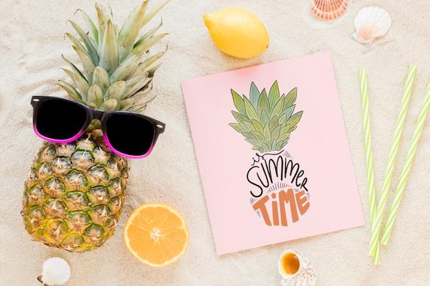 夏の要素を持つフラットレイアウトカードや紙のモックアップ