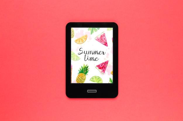 夏の概念とフラットレイアウトタブレットモックアップ