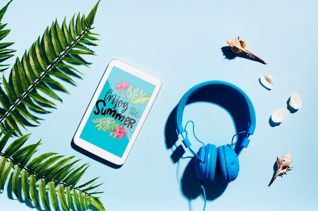 夏の要素を持つフラットレイアウトスマートフォンモックアップ