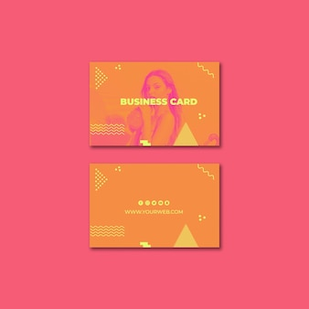 Шаблон визитки в стиле мемфис с летней концепцией