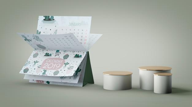 Декоративный календарь макет против стены