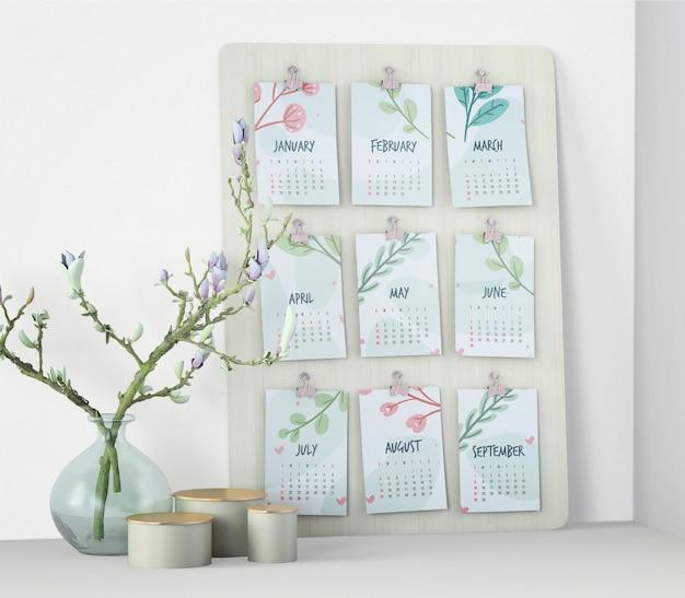 壁に装飾的なカレンダーモックアップ