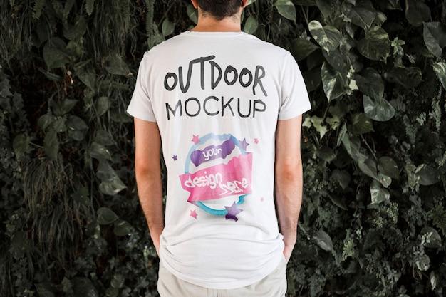Молодой человек в футболке макет