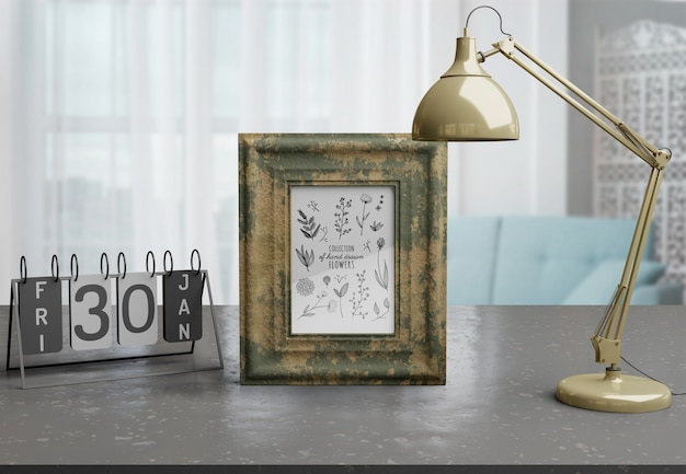 自宅のテーブルの上の装飾的なフレームのモックアップ