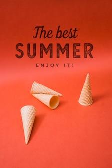 アイスクリームコーンと夏のレタリングの背景