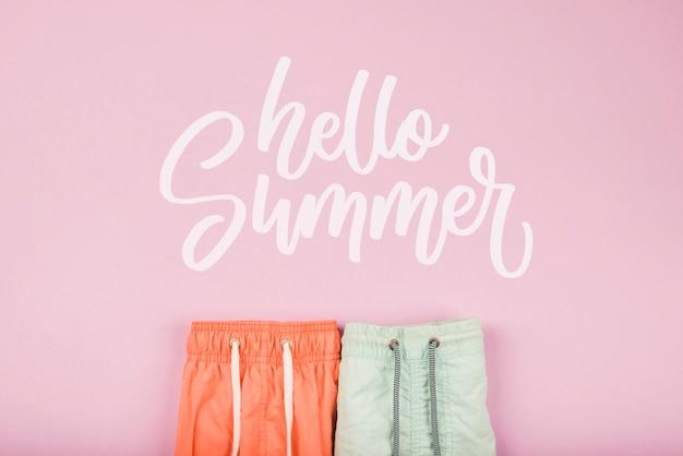 夏の要素を持つ夏のレタリングの背景