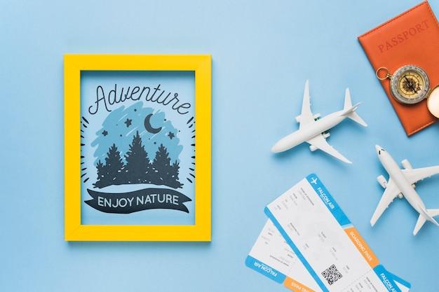 冒険は、自然、フレーム、パスポート、コンパス、そして飛行機のチケットを楽しむ