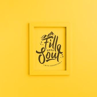 黄色のフレームにレタリング、冒険であなたの魂を埋める