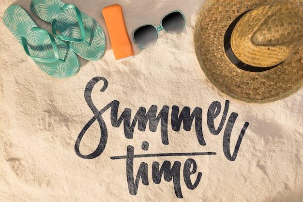 Надпись летний фон с элементами пляжа