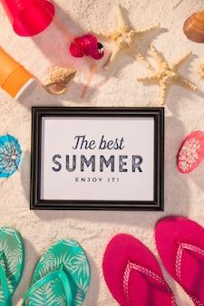 カラフルなサンダルと夏のモックアップ