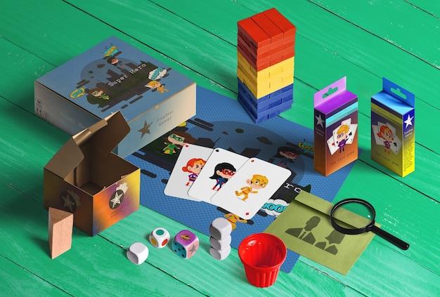 子供用のおもちゃのコレクション。ジェンガ、カード、虫眼鏡、サイコロ、段ボール箱