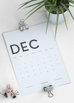 Закройте макет календаря буфера обмена на столе