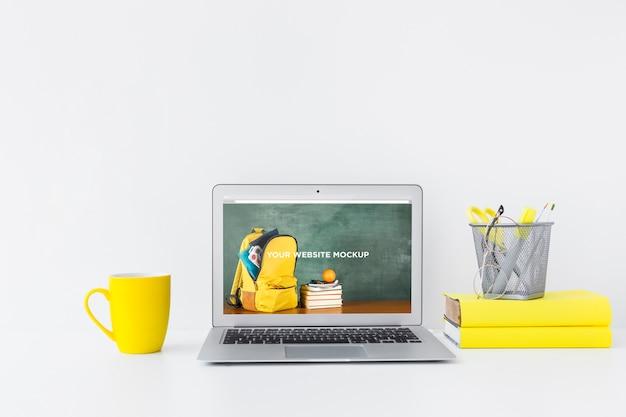 清潔できちんとしたワークスペースにモックアップ画面があるラップトップ。教育テーマ