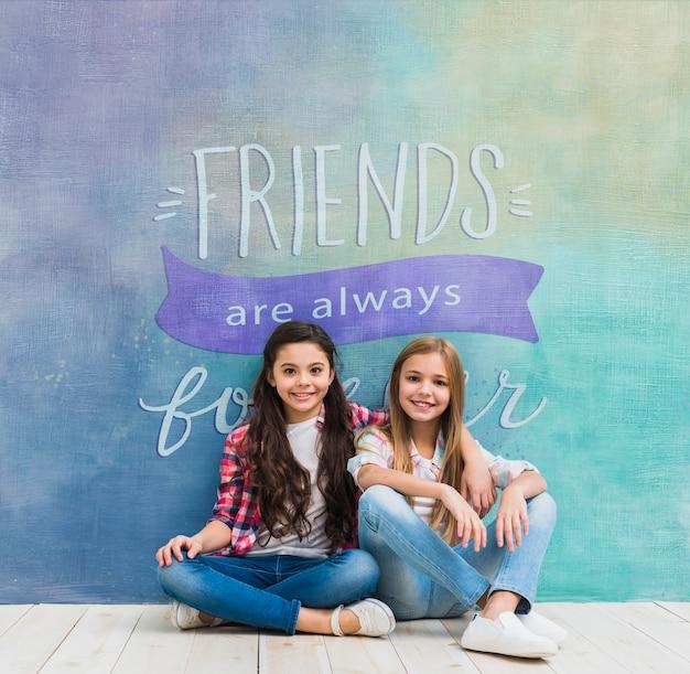 Девушки перед стеной с макетом цитаты