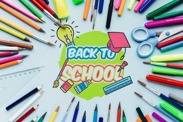 Вид сверху обратно в школу с красочными материалами