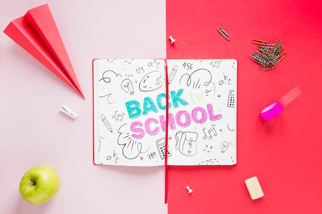 開いたノートブックに描く学校に戻る