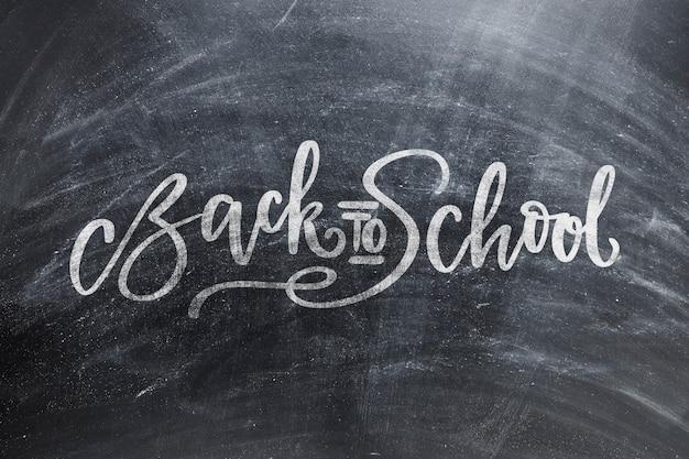 チョークの跡と学校の黒板に戻る