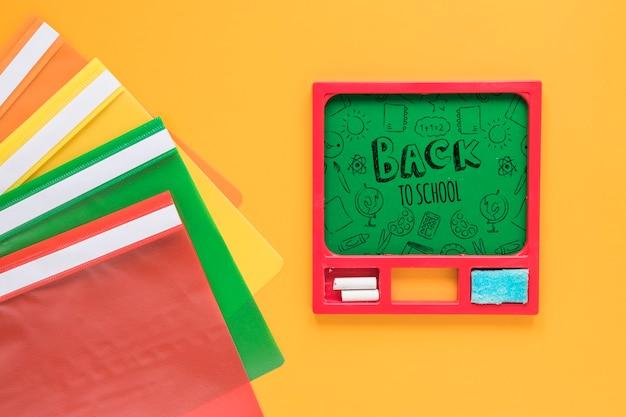 Композиция с зеленой доской и разноцветными пластиковыми папками