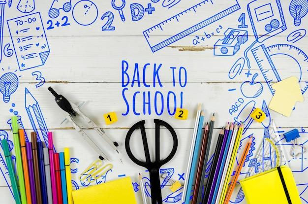 木製の背景を持つ学校に戻るトップビュー