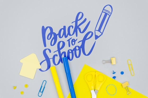 灰色の背景で学校に戻るトップビュー