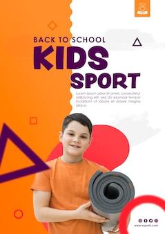 Мальчик вид спереди держит спортивный матрас