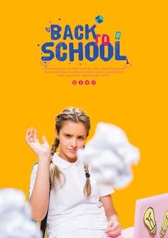 Вид спереди подростка девушка бросает бумажные шарики
