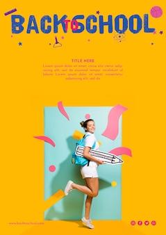 オレンジ色の背景を持つ横向きティーンエイジャーの女の子