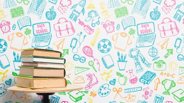 Вид спереди кучу книг с красочным фоном