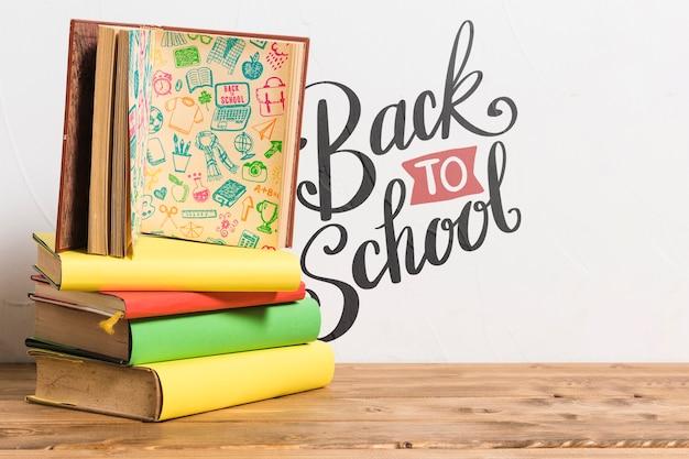 Вид спереди обратно в школу с кучей книг
