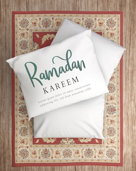 花のカーペットの上に白いレイ枕を置く